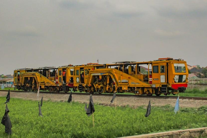 Kereta Perawatan Jalan Rel (KPJR).  KPJR merupakan salah satu alat berat di dunia perkeretaapian yang fungsinya untuk melakukan perawatan jalan rel. KPJR berfungsi memadatkan batu-batu yang ada di bawah bantalan (ballast)/kricak.