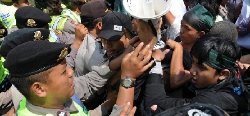 Kericuhan pecah saat massa menggelar aksi demonstrasi menolak rencana pemerintah menaikkan harga bahan bakar minyak (BBM) per 1 April.