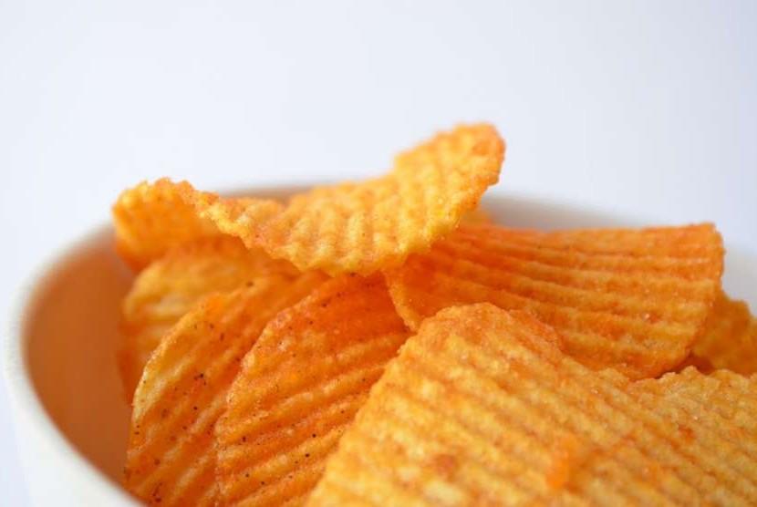 Keripik kentang merupakan salah satu makanan asin yang banyak disukai.