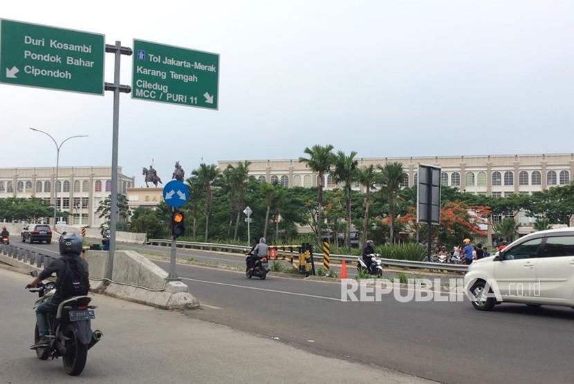 Kerumunan warga melihat TKP kecelakaan di Flyover Green Lake, Cipondoh, Kota Tangerang, Ahad (25/11).