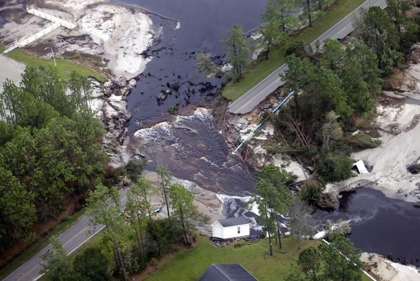 Kerusakan akibat badai Florence di Rocky Point, North Carolina, Senin (17/9)