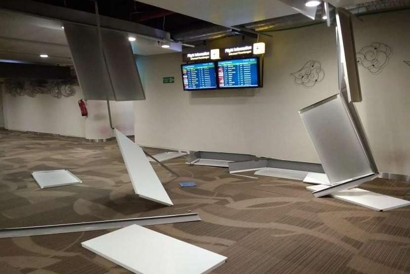 Kerusakan kecil terjadi di beberapa titik di Bandara Internasional Ngurah Rai, Denpasar, Bali, akibat guncangan gempa yang terjadi di Lombok, NTB, Ahad (5/8).