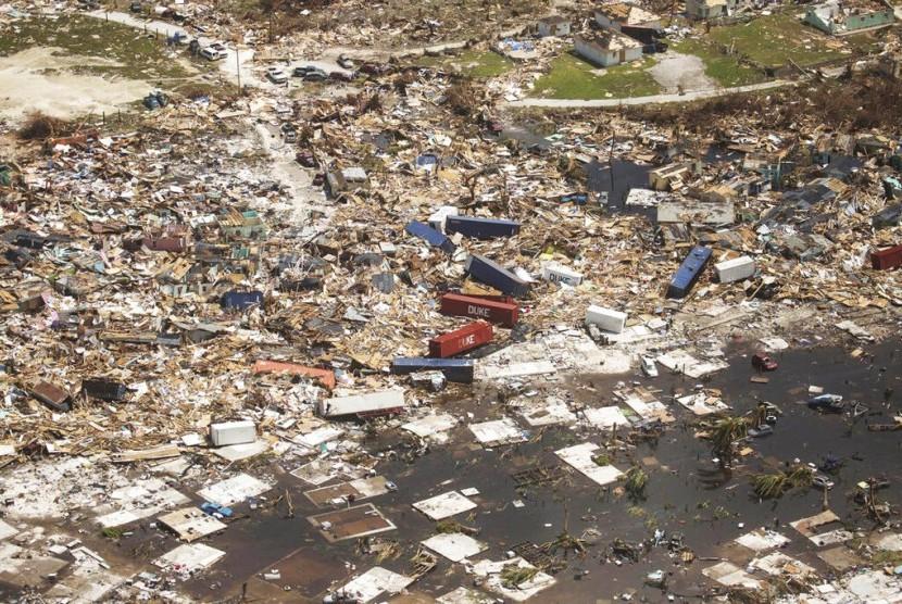 Kerusakan parah akibat Badai Dorian terlihat jelas di kota Marsh Harbour, Abaco Island, Bahamas, Rabu (4/9).