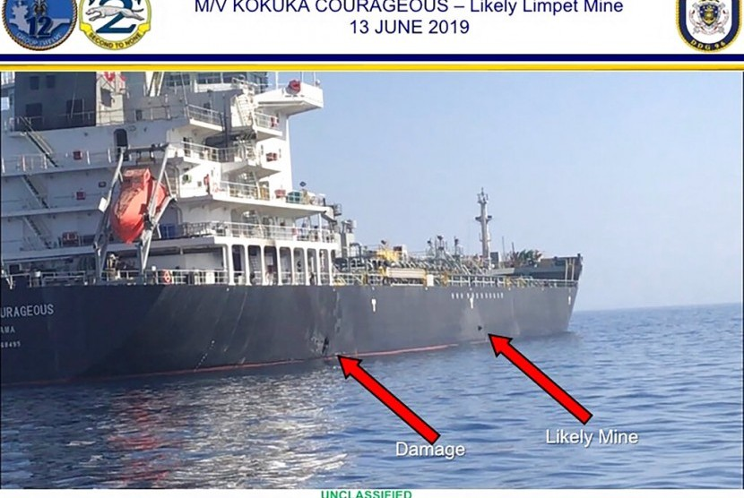 Kerusakan yang dialami kapal tanker minyak Kokuka Courageous di Teluk Oman dekat pantai Iran, Kamis (13/6).