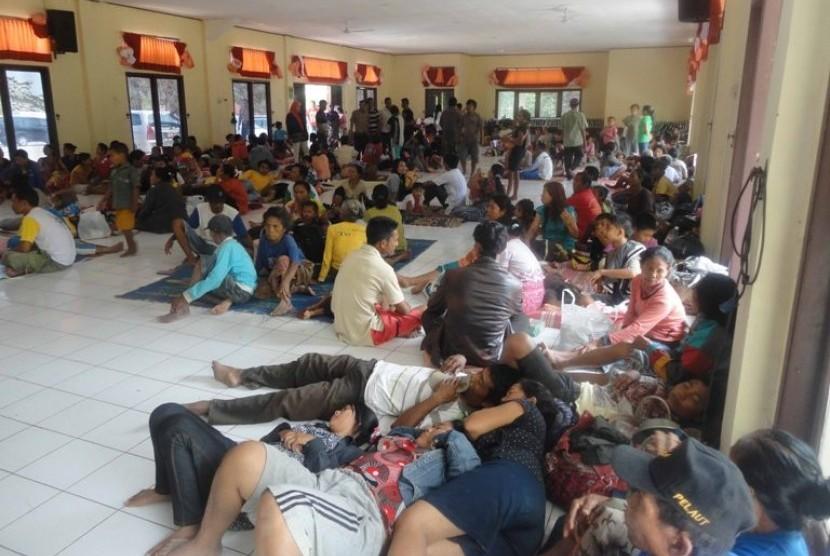 KERUSUHAN LAMPUNG. Warga Balinuraga Kecamatan Waypanji Lampung Selatan mengungsi di Sekolah Polisi Negara (SPN) Bandarlampung menyusul bentrok antar warga di daerah itu, Selasa (30/10).