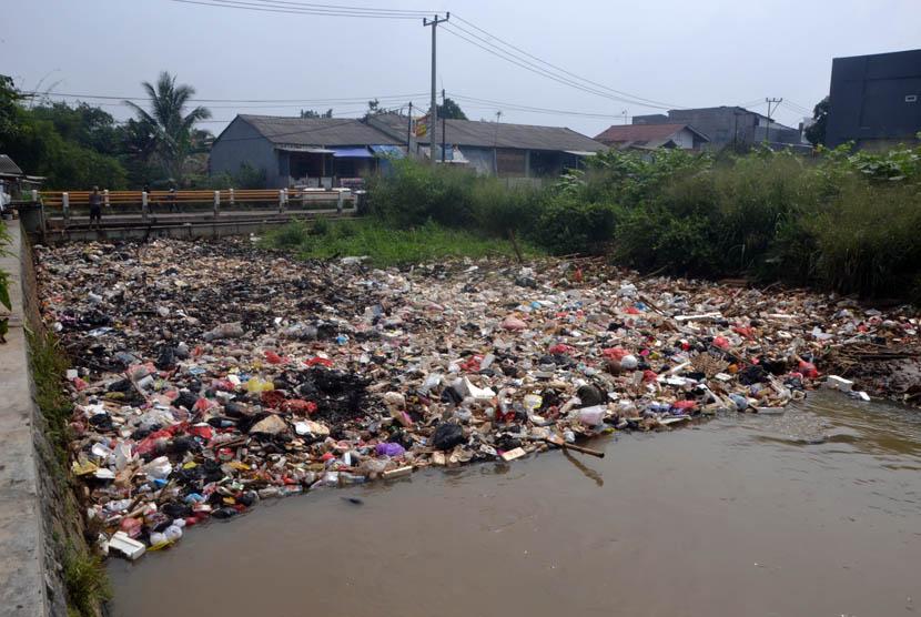 Kesadaran masyarakat akan pentingnya membuang sampah di tempat yang sudah ditentukan tampaknya sangat rendah. Hal itu pun yang terjadi di Kali Baru, Bojong Gede, Kabupaten Bogor(24/2).