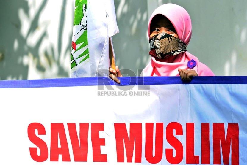 Kesatuan Aksi Mahasiswa Muslim Indonesia melakukan aksi solidaritas di depan kantor Kedubes Myanmar, Jakarta, Selasa (7/1).    (Republika/Tahta Aidilla)