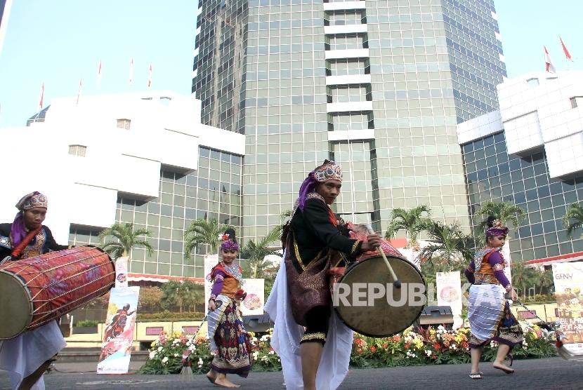 Kesenian tradisional Lombok Gendang Beleq tampil saat pembukaan Bulan Pesona Lombok-Sumbawa di Kementerian Pariwisata, Jakarta, Ahad (6/8).