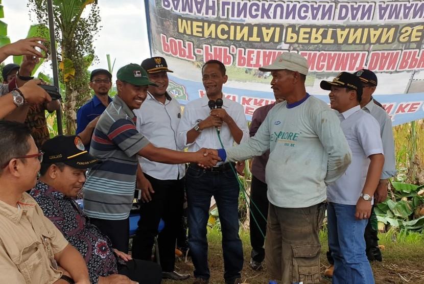 Kesepakatan jual beli jagung antara peternak dan petani saat acara dialog usai panen raya jagung di Desa Kalipepe, Kecamatan Yosowilangun, Kabupaten Lamongan, Jawa Timur, Sabtu (10/11).