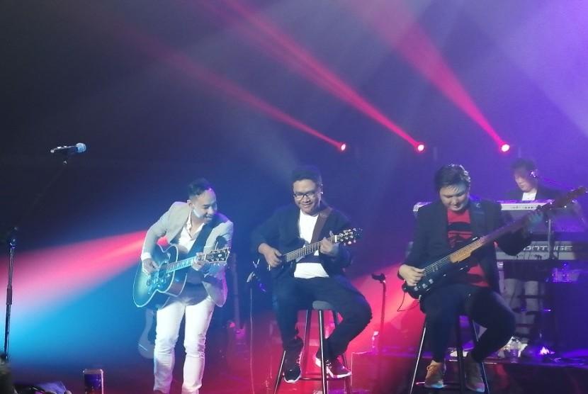 Keseruan Konser Jikustik Reunian di Balai Sarbini, Plaza Semanggi, Jakarta, Jumat (19/7).