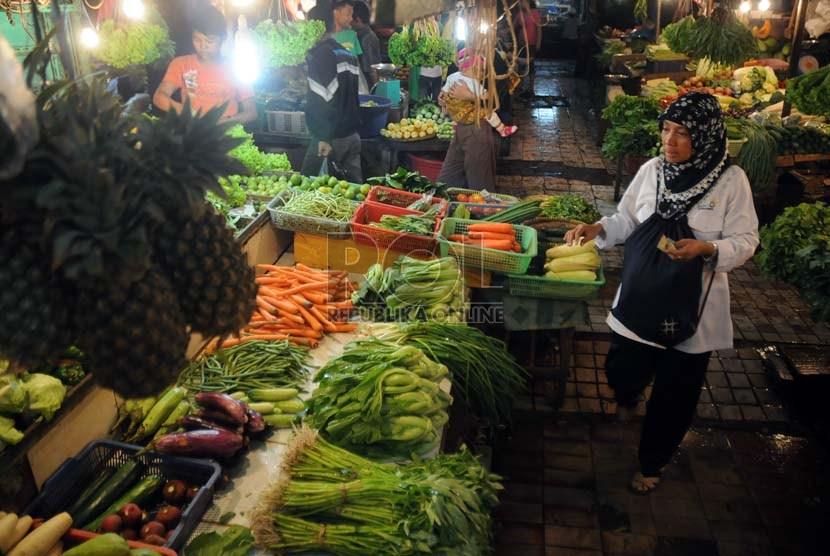 Kesibukan pedagang dan pembeli terlihat di salah satu los di pasar tradisional/ilustrasi.   (Dok Republika)