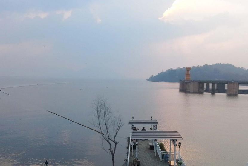 Ketinggian air di Waduk Ir Djuanda (Jatiluhur) Kabupaten Purwakarta, menurun dari sebelumnya 107 meter menjadi 106 meter, Kamis (7/6). PJT II Jatiluhur  meyakini air untuk kebutuhan pertanian selama musim gaduh tetap aman.