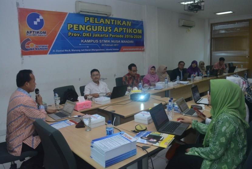 Ketua Aptikom Provinsi DKI Jakarta Mochamad Wahyudi memimpin acara pelantikan pengurus Aptikom Provinsi Jakarta periode 2016-2020.