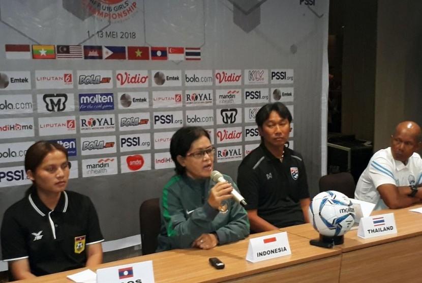 Anggota Exco PSSI Papat Yunisal (kedua kiri).
