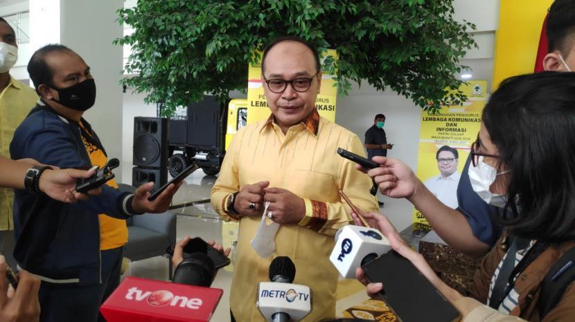 Ketua Badan Advokasi Hukum dan HAM (Bakumham) DPP Partai Golkar, Supriansa menjawab pertanyaan wartawan saat ditemui di DPP Partai Golkar, Slipi, Jakarta, Sabtu (8/4).
