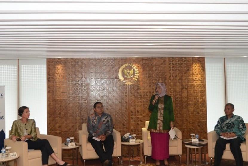 Ketua Badan Kerja Sama Antar Parlemen (BKSAP) DPR RI Nurhayati Ali Assegaf, saat memberi sambutan pada workshop tentang TPB dan konvensi PBB antikorupsi di Gedung DPR RI, Senayan, Jakarta, Senin (23/4).