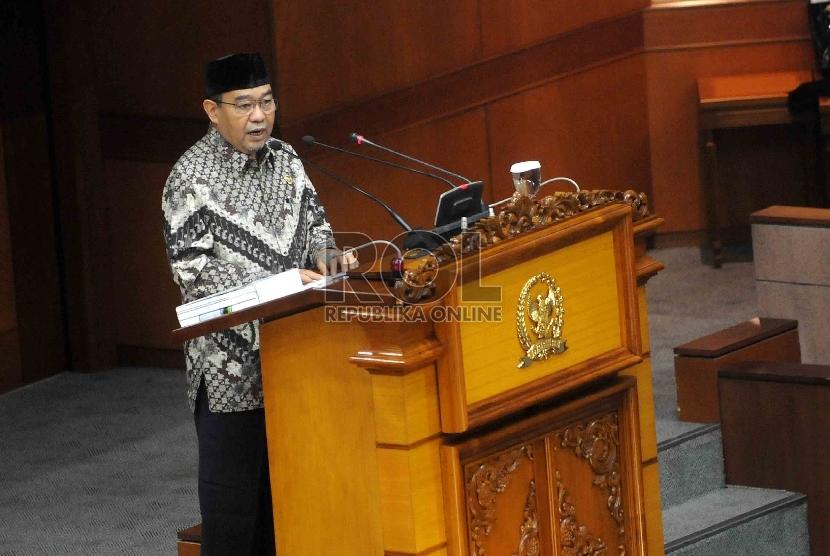 Ketua Badan Pemeriksa Keuangan (BPK) Harry Azhar Azis memberi paparan mengenai kinerja BPK di hadapan anggota DPR pada rapat paripurna di Kompleks Parlemen, Jakarta, Selasa (7/4).