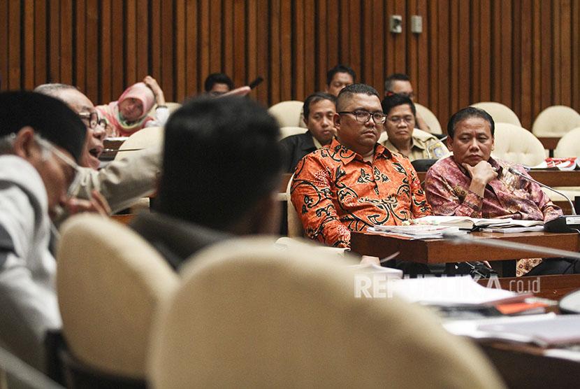 Ketua Badan Pengawas Pemilihan Umum (Bawaslu) Abhan (kanan) didampingi anggota Bawaslu Fritz Edward Siregar (kedua kanan) mengikuti Rapat Dengar Pendapat (RDP) dengan Komisi II DPR di Kompleks Parlemen, Senayan, Jakarta, Selasa (22/5).