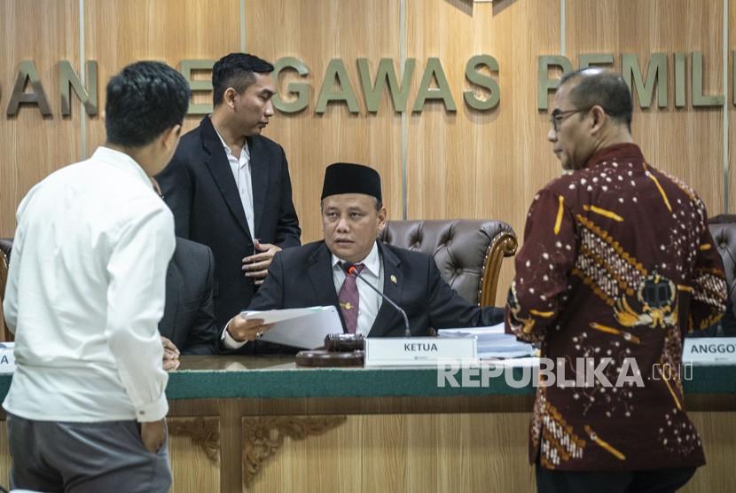 Ketua Badan Pengawas Pemilihan Umum (Bawaslu) Abhan (tengah) berbincang dengan Komisioner KPU Hasyim Asy'ari (kanan) dan Tim Kuasa Hukum Oso Gugum Ridho Putra (kiri) dalam sidang lanjutan dugaan pelangggaran administrasi terkait pencalonan Oesman Sapta Odang alias Oso sebagai anggota DPD, di Kantor Bawaslu, Jakarta, Rabu (2/1/2019).