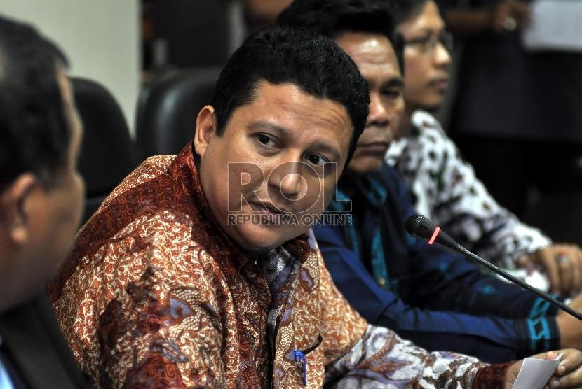 Ketua Badan Pengawas Pemilu (Bawaslu) Muhammad (tengah) didampingi jajaran Pimpinan Bawaslu lainnya saat memberikan keterangan pers di Gedung Bawaslu, Jakarta, Rabu (5/8).    (Republika/Rakhmawaty La'lang)