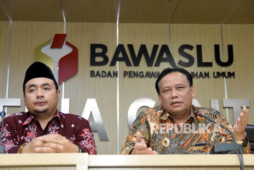 Ketua Badan Pengawas Pemilu (Bawaslu) RI Abhan (kanan) didampingi Komisioner M. Afifudin (kiri) menjawab pertanyaan wartawan di media center Bawaslu, Jakarta, Selasa (16/4/2019).