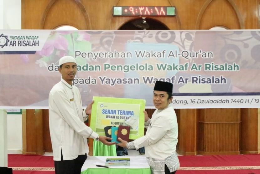 Ketua Badan Pengelola Wakaf (BPW) Ar Risalah, Mulyadi Muslim (kanan) menyerahkan wakaf Alquran kepada Direktur Pendidikan Ar Risalah, Donis Satria.