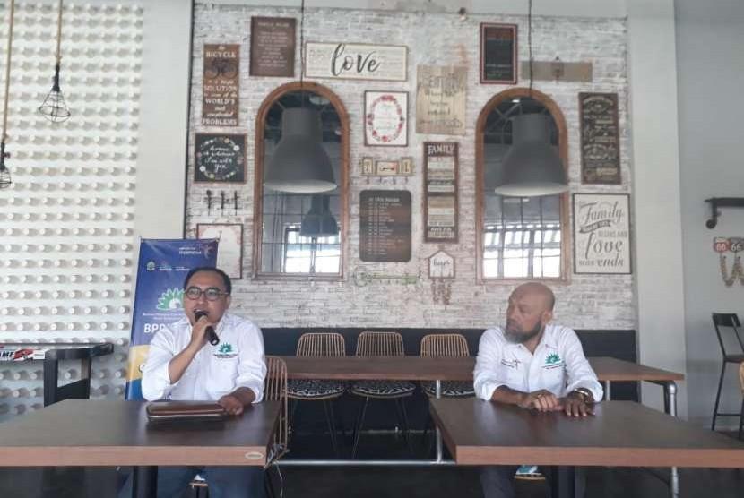 Ketua Badan Promosi Pariwisata Daerah (BPPD) Nusa Tenggara Barat (NTB) Fauzan Zakaria (kiri) dan Direktur Eksekutif BPPD NTB Fahrurrozi Gafar (kanan) di Resto Dapoer Sasak, Jalan Udayana, Mataram, NTB, Sabtu (13/10).