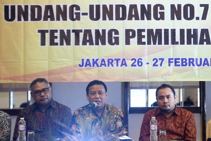 Ketua Bawaslu Abhan (tengah) didampingi Komisioner KPI Hardly Stefano (kiri) dan Anggota Bawaslu Mochammad Afifuddin menjadi narasumber dalam pengarahan dalam Sosialisasi Pengaturan Kampanye Pemilihan Umum 2019 Berdasarkan UU no 7 tahun 2017 tentang Pemilihan Umum di Jakarta, Senin (26/2).