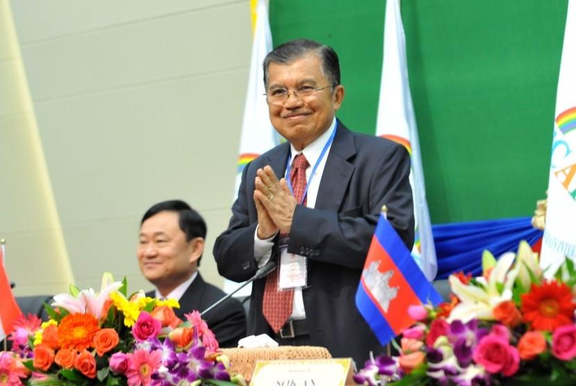 Ketua Centris Asia Pacific Democrats International (CAPDI) Jusuf Kalla didampingi mantan perdana menteri Thailand Thaksin Shinawatra, memberi salam dalam pertemuan CAPDI di Phnom Penh, 2011. (file photo)