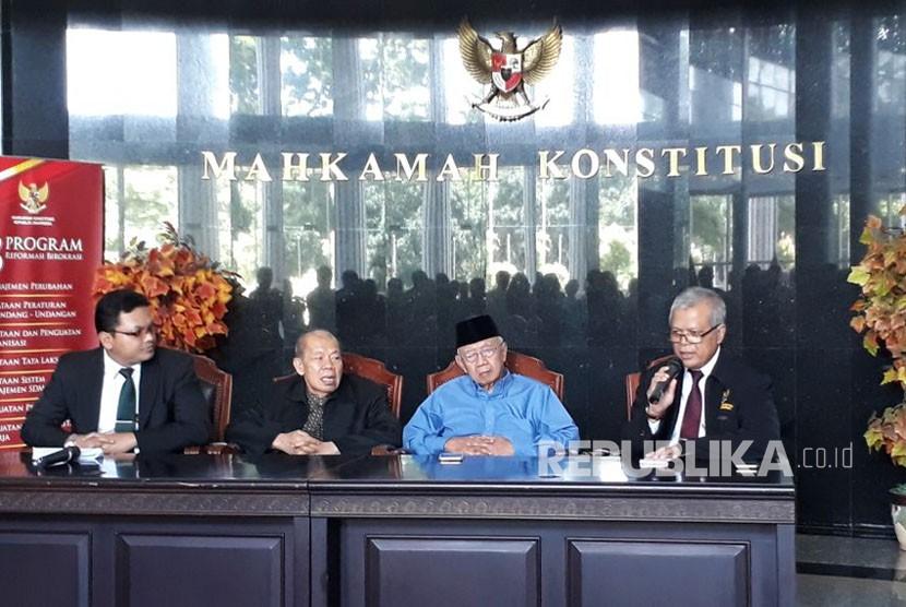 Ketua Dewan Etik MK Ahmad Rustandi, anggota dewan etik Salahudin Wahid, dan juga Juru Bicara MK Fajar Laksono memberikan pernyataan pers terkait pelanggaran kode etik Ketua MK Arief Hidayat di gedung MK, Selasa (16/1).