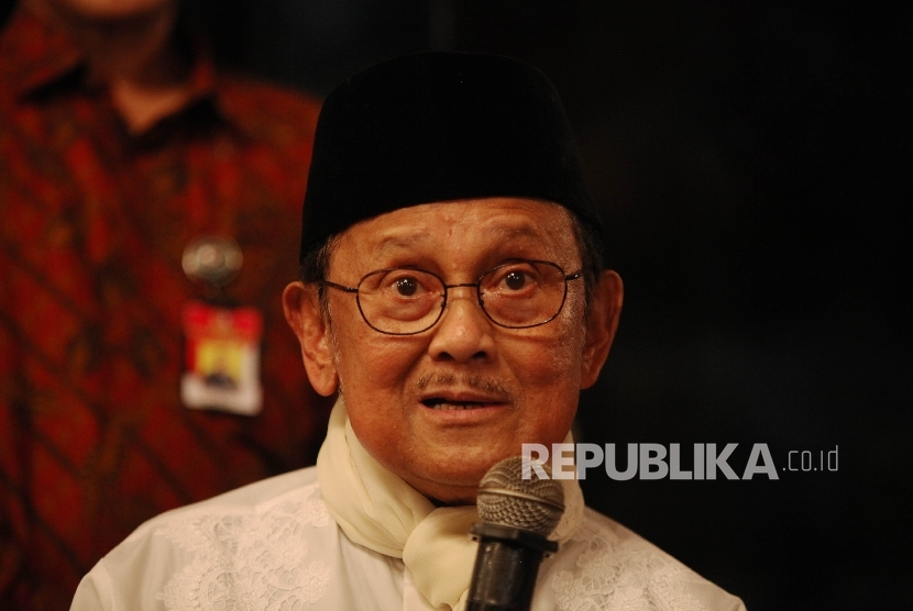Ketua Dewan Kehormatan Ikatan Cendekiawan Muslim Se-Indonesia (ICMI) B.J Habibie saat menghadiri acara buka puasa bersama di kediaman B.J Habibie di Jakarta, Rabu (15/6).  (Republika/Rakhmawaty La'lang)