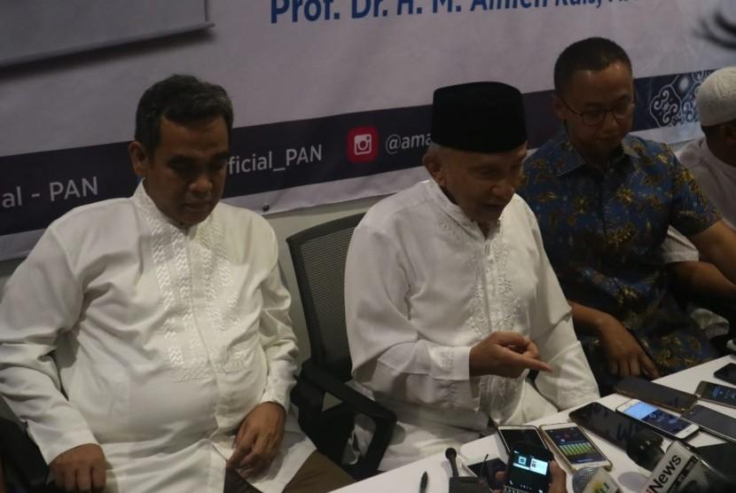 Ketua Dewan Kehormatan Partai Amanat Nasional (PAN) Amien Rais menyampaikan keterangan pers usai meluncurkan buku barunya berjudul 'Hijrah: Selamat Tinggal Revolusi Mental, Selamat Datang Revolusi Moral', di Jalan Daksa I, Kebayoran Baru, Jakarta, Jumat (11/1).