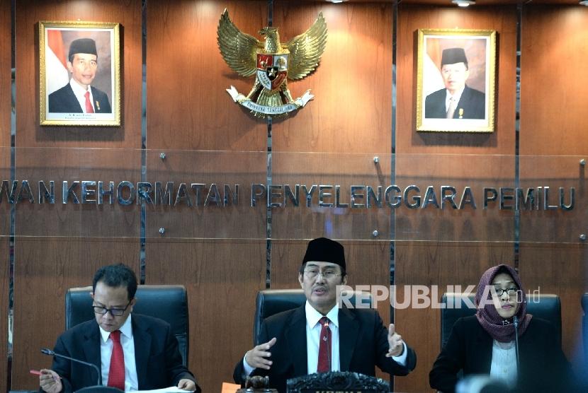 Ketua Dewan Kehormatan Penyelenggara Pemilu (DKPP) Jimly Asshiddiqie (tengah) bersama Anggota DKPP Nur Hidayat Sardini dan Valina Singka Subekti memimpin sidang terkait pelaksanaan Pilkada serentak 2017 di ruang sidang DKPP, Jakarta, Jumat (7/4).