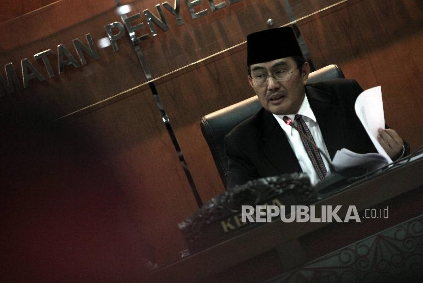 Ketua Dewan Kehormatan Penyelenggara Pemilu (DKPP) Jimly Asshiddiqie (kedua kanan) memimpin sidang pelanggaran Kode Etik oleh Ketua dan Anggota Bawaslu Provinsi Sulawesi Tengah di Jakarta, Sabtu (29/3).