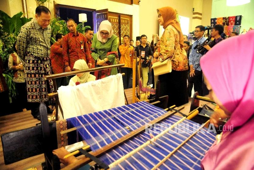 Ketua Dewan Kerajinan Nasional Mufida Jusuf Kalla (kedua kanan) serta Gubernur Bank Indonesia (BI) Agus Martowardjoyo menyaksikan proses pembuatan batik saat pembukaan pameran ekonomi kreatif Usaha Mikro Kecil Menengah (UMKM) binaan BI di Balai Kartini,