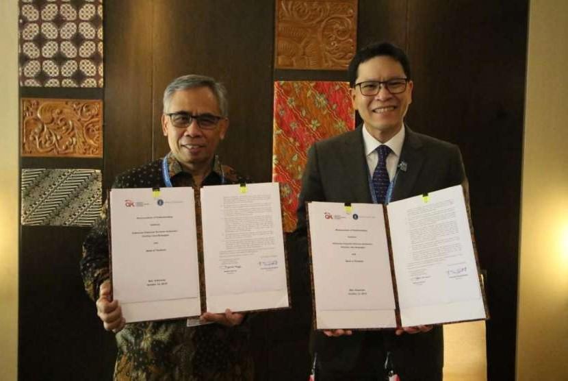 Ketua Dewan Komisioner OJK dan Gubernur Bank of Thailand jalin penandatanganan kerja sama pengawasan perbankan di Nusa Dua, Bali, Jumat (12/10).