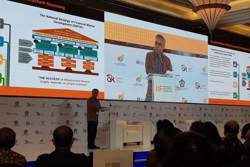 Ketua Dewan Komisioner OJK, Wimboh Santoso dalam acara Indonesia Investment Forum 2018 di Denpasar, Bali, Selasa (9/10).