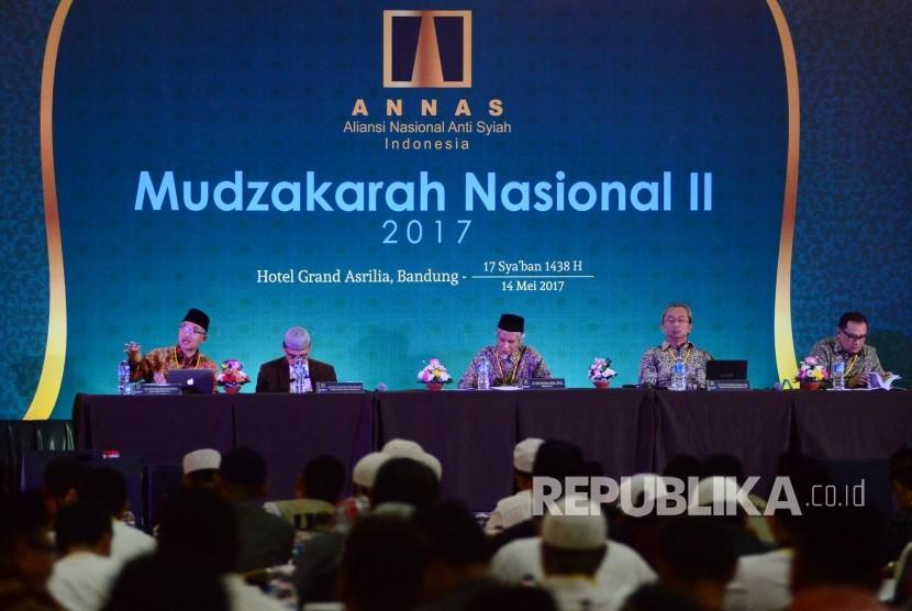 Ketua Dewan Pakar Aliansi Nasional Anti Syiah (ANNAS) Pusat, KH Atif Latifulhayat (kiri) menyampaikan paparannya tentang Syiah dan Politik Internasional pada acara Mudzakarah Nasional II 2017 di Grand Asrillia Hotel, Kota Bandung, Ahad (14/5).