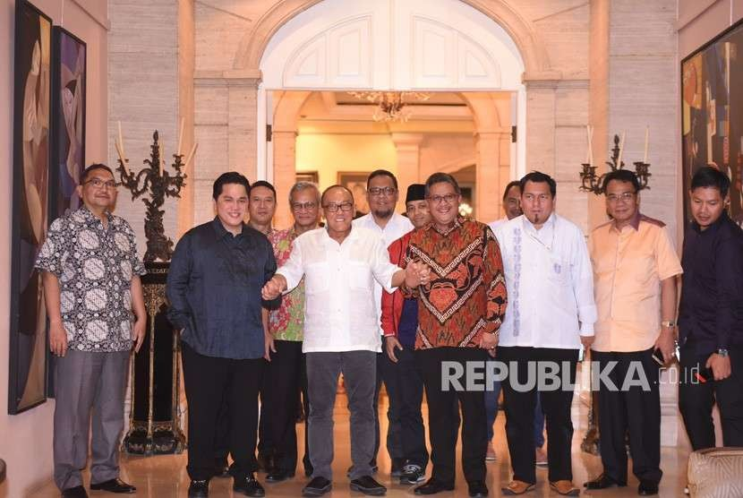 Ketua Dewan Pembina Partai Golkar Aburizal Bakrie (tengah) berjabat tangan dengan Ketua Tim Kampanye Nasional (TKN) Jokowi-Ma'ruf Amin Erick Thohir (kedua kiri) dan Sekretaris TKN Hasto Kristiyanto (keempat kanan) disaksikan perwakilan parpol-parpol Koalisi Indonesia Kerja usai pertemuan tertutup di Jakarta, Senin (8/10).