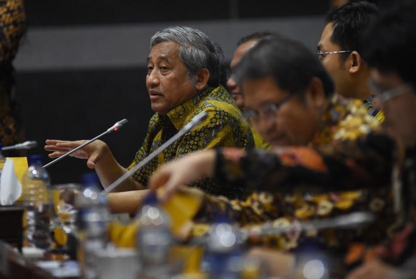 Ketua Dewan Pers Mohammad Nuh (kiri) dan Menkominfo Rudiantara (kedua kanan) menyampaikan paparannya saat mengikuti rapat kerja dengan Komisi I DPR di Kompleks Parlemen Senayan, Jakarta, Selasa (18/6/2019).