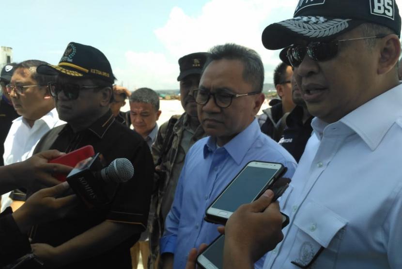 Ketua Dewan Perwakilan Daerah (DPD) Oesman Sapta, Ketua Majelis Permusyawaratan Rakyat (MPR) Zulkifli Hasan dan Ketua Dewan Perwakilan Rakyat (DPR) Bambang Soesatyo mengunjungi korban gempa Palu, Sulawesi Tengah.