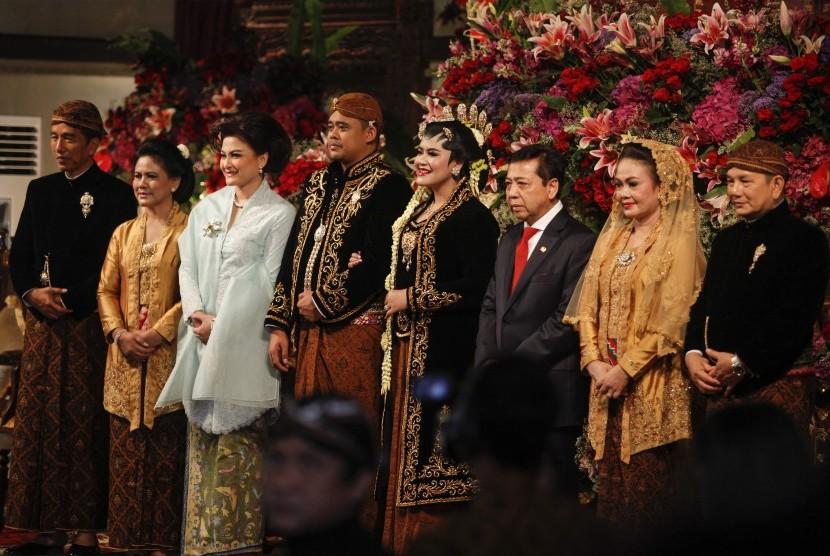 Ketua Dewan Perwakilan Rakyat Setya Novanto (ketiga kanan) beserta istrinya Deisti Astriani Tagor (ketiga kiri) berfoto bersama Presiden Joko Widodo (kiri), Ibu Negara Iriana Joko Widodo (kedua kiri), Ibunda Bobby Nasution, Hanifah Siregar (kedua kanan) dan Paman Bobby Nasution, Irwin Nasution (kanan) saat menghadiri pernikahan Kahiyang Ayu (keempat kanan) dan Bobby Nasution (keempat kiri) di Gedung Graha Saba, Sumber, Solo, Jawa Tengah, Rabu (8/11).