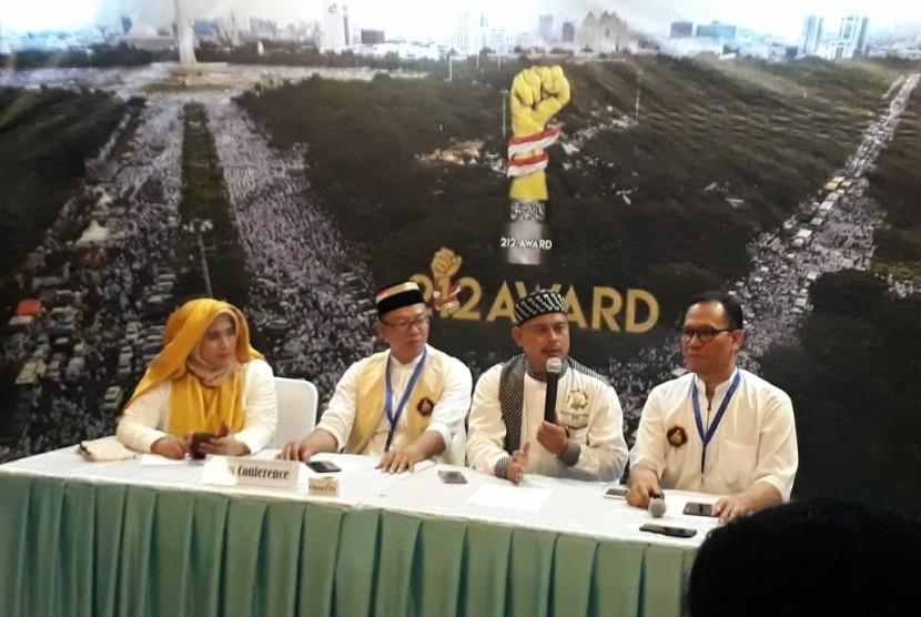 Ketua Dewan Seleksi 212 Award, Neno Warisman (kiri): Penasihat Anugerah 212 Award, Slamet Maarif; dan Ketua Panitia Anugerah 212 Award, Alamo Darusallam saat konferensi pers Anugerah 212 Award di Gedung Pusat Perfilman Usmar Ismail, Jakarta, Jumat (4/1).