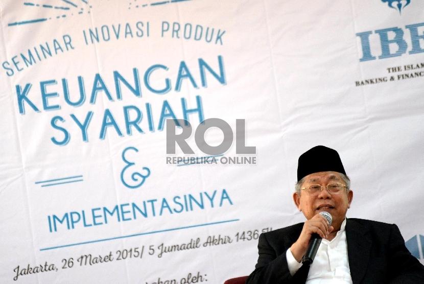 Ketua Dewan Syariah Nasional (DSN) Majelis Ulama Indonesia (MUI) Ma'ruf Amin (kanan) menjadi narasumber dalam acara seminar Inovasi Produk Keuangan Syariah dan Implementasinya di Jakarta, Kamis (26/3).