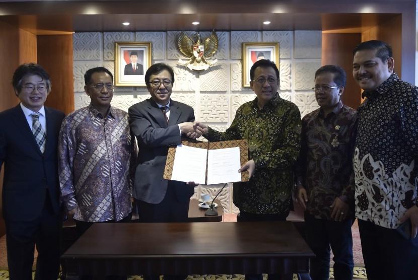 Ketua DPD Irman Gusman (kedua kanan) menerima Mahkota Emas Chonma-chong dari Ketua Tim Penelitian dan Pengembangan Agribisnis Korea Kwan Eung Lee (kiri) di Komplek Parlemen Senayan, Jakarta, Rabu (6/4).(Antara/Puspa Perwitasari)