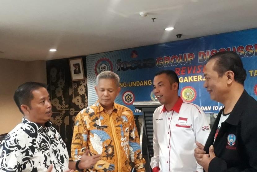 Ketua DPD Konfederasi Serikat Pekerja Seluruh Indonesia (KSPSI) Jawa Barat Roy Jinto Ferianto menilai, pertemuan antara Gubernur Jabar dengan ILO mubazir. Ini karena, tak mungkin merekomendasikan upah sendiri. Pasalnya, penetapan upah ada aturannya secara internasional.