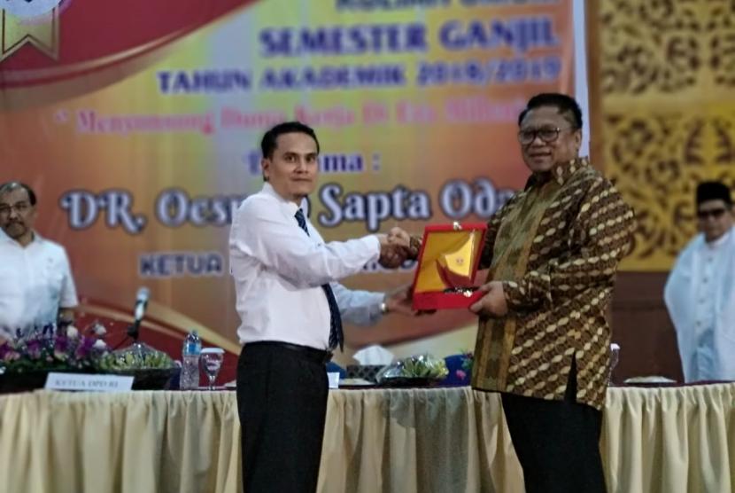 Ketua DPD Oesman Sapta saat memberikan kuliah umum di Universitas Islam Negeri Imam Bonjol Padang (29/10).