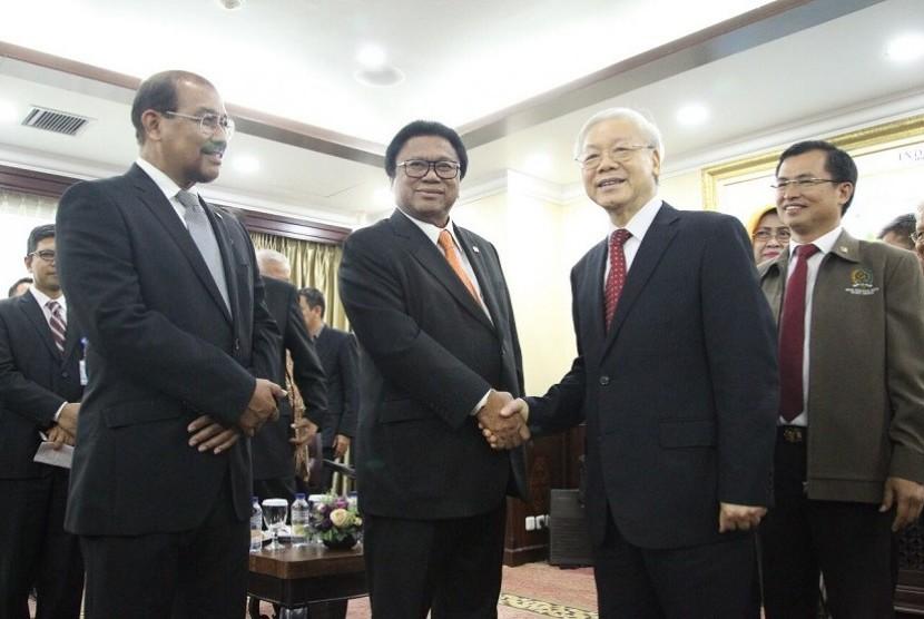 Ketua DPD Osman Sapta (kedua kiri) berjabat tangan dengan Sekretaris Jenderal Komite Sentral Partai Komunis Vietnam Nguyen Phu Trong.