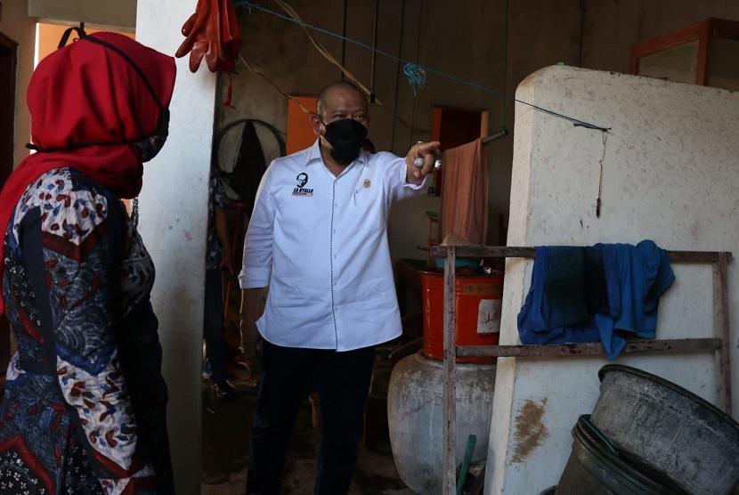 Ketua DPD RI AA LaNyalla Mahmud Mattalitti saat meninjau dapur pembuangan limbah proses membatik di sentra batik Desa Tanjung Bumi, Madura, beberapa waktu lalu