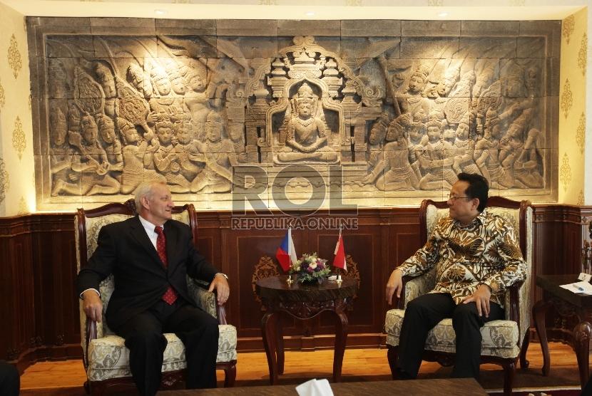 Ketua DPD RI Irman Gusman (kanan) berbincang dengan Duta Besar Republik Ceko untuk Indonesia Ivan Hotek (kiri) di Kompleks Parlemen, Senayan, Jakarta, Rabu (6/1). (Republika/Rakhmawaty La'lang)